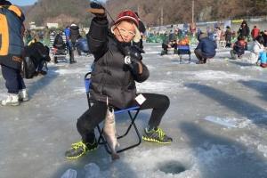 [주말 인사이드] 화천산천어축제 '얼음낚시'