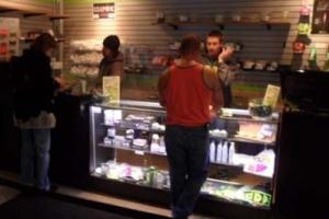 [주말 인사이드] 대마초 상점 입구엔 권총 찬 안전요원…주말에도 20~40대 북적