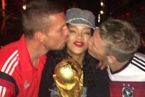 """독일 선수들 키스 받으며 행복한 리한나, """"독일 응원하길 잘했어!"""""""