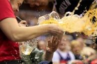 [NBA 화제영상] 공 살리려다 맥주 나르던 여성과 '쿵…