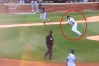 야구 글러브째 송구해 타자 아웃시키는 투수