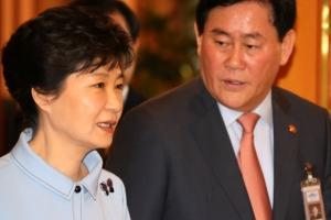 """최경환 """"박정희 영정 앞 가슴 미어져…박근혜와 끝까지 함께"""""""