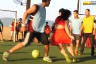 남성들 상대로 풋살실력 뽐내는 노인과 여성