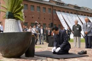 무릎 꿇고 큰절… 일본 前총리의 '통절한 사죄'