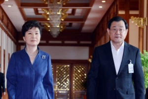 """""""이병기, 국정원 TF 지휘해 '불가역적' 위안부 합의 주도"""""""