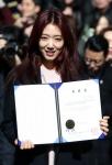 졸업장 든 배우 박신혜