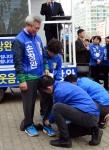 [서울포토] 후보에게 신발 신겨주는 사위들