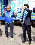 [서울포토] 선거유세 중 춤추는 김종인 대표