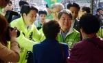 [서울포토]금호시장서 선거 유세 벌이는 안철수 대표