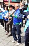 [서울포토]선거유세곡에 맞춰 율동하는 김종인 더불어민주당 비대위 대표