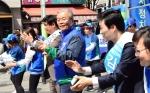 [서울포토] 율동하는 김종인 더불어민주당 비대위 대표
