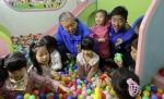 [서울포토] 김종인 대표, 어린이들과 볼풀 놀이