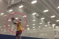 뒤로 서서 농구장 풀코트슛 성공시키는 남성