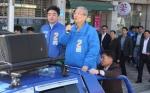 [서울포토] 무개차에 오른 김종인 더불어민주당 비대위 대표