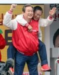 [서울포토] 김무성 새누리당 대표의 '어부바' 유세