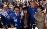 [서울포토]춘천 풍물시장서 지지자들과 어깨동무하는 김종인