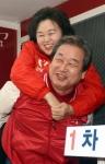 [서울포토] 이음재 후보 '어부바' 지원유세 나선 김무성 대표