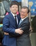 [서울포토]김홍걸 국민통합위원장과 포옹하는 문재인 전 대표