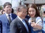 [서울포토] 시민과 기념촬영 하는 문재인 전 대표
