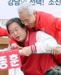 [서울포토]아차차 넘어질뻔…김종훈 후보 유세 나선 김무성 대표