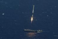 우주선 로켓 팔콘9, 대서양 바지선에 재착륙 순간