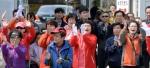[서울포토] 선거유세 듣고 박수치는 유권자들