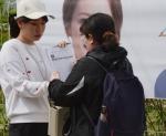 [서울포토] 출구조사에 응하는 유권자