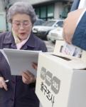 [서울포토]출구조사에 응하는 할머니 유권자