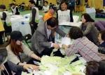 [서울포토] 투표함에서 쏟아져나오는 투표용지들