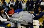 [서울포토] 자동계수기로 투표용지 분류