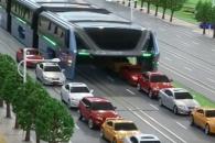 1200명 싣고 막힌 도로 쌩쌩 달리는 터널 버스