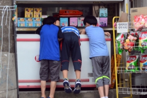 [한 컷 세상] 무더운 여름 아이스크림통에 머리 쑥~