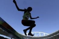 (영상) 불굴의 女육상선수, 신발 찢어지자 맨발로 질주…