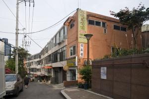 [건축가 황두진의 무지개떡 건축을 찾아서] 시장 언덕길 따라 3층 같은 7층 건물… 속…