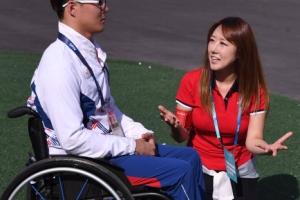 [서울포토] 리우 패럴림픽 선수 통역위해 무릎꿇은 BJ 제시카