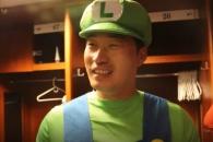 (영상) 마리오 형제로 변신, 활짝 웃은 '돌부처' 오…
