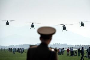 北 대규모 수해에도 에어쇼… 美 헬기에 F16 모형기 등장하고 맥주 파는 아가씨도
