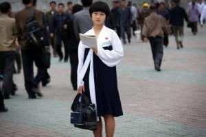 北 평양 출근길에 만난 청순미 돋보이는 여학생