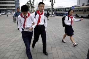 北 평양의 아침 모습… 등교를 서두르는 학생들