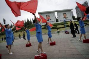 북한의 아침 일상… 김일성·김정일 초상화 앞에서 율동하는 여성들