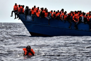 """""""아프리카 난민 구조 NGO 일부가 인신매매단과 결탁"""""""