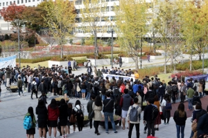 멈출 줄 모르는 대학가 '미투폭풍'…학교는 '강건너 불구경'