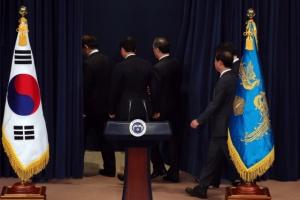 [서울포토] 박근혜 대통령 대국민담화…'퇴장하는 청와대수석비서관들'