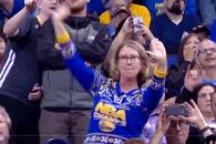 어느 NBA 관중의 무아지경 댄스 '폭소'