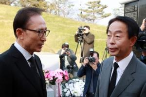 """김영삼 묘소 참배한 이명박 """"이렇게 부끄럽고 부끄러운 일이…"""""""