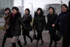 [포토] 하이힐에 털 목도리… 패셔너블한 북한 여성들