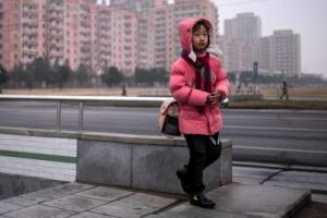 [포토] '어딜 가는 걸까'… 北 평양 한산한 거리의 어린이