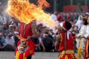[포토] 입으로 불을 뿜는 인도네시아의 전통기예