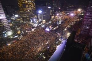 오후 7시 30분 사상 최대 전국 195만 촛불…대구·부산·광주서도 집회