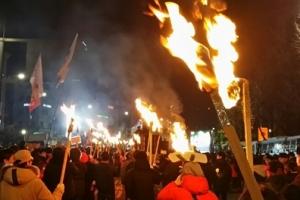 [서울포토] '횃불'든 시민들…6차 촛불집회 청와대로 행진